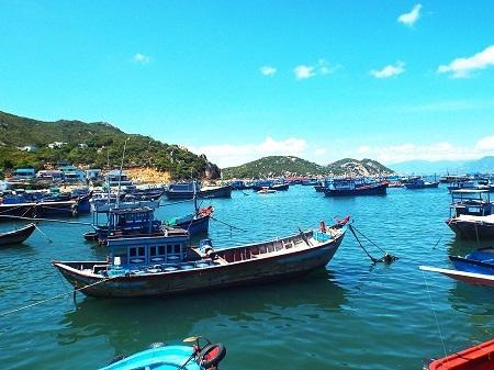 Một góc làng chài phía trước đảo Bình Ba.