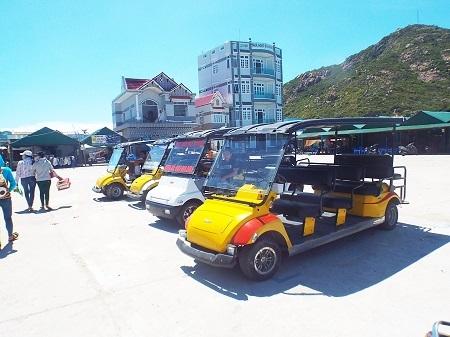 Xe điện sẵn sàng phục vụ việc tham quan của du khách khi đến thăm đảo.