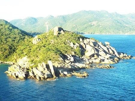 Những con đường nhỏ uốn lượn quanh núi dẫn du khách đi thăm khắp đảo Bình Ba.
