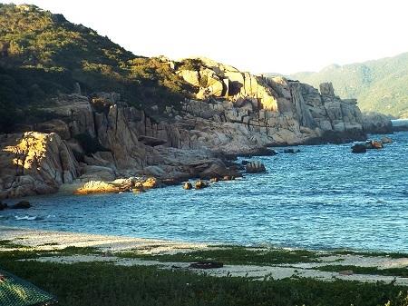 Bãi biển được bao bọc bởi các rặng núi cắm sâu xuống biển.