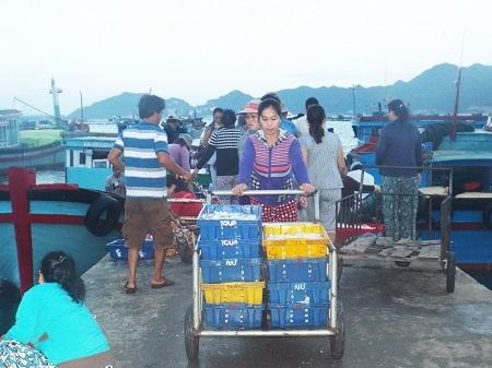 Dân làng chài vận chuyển hải sản đi tiêu thụ
