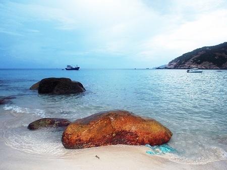 Điểm chung của các bãi biển ở Bình Ba là hoang sơ, nước biển trong vắt, cát trắng mịn màng.