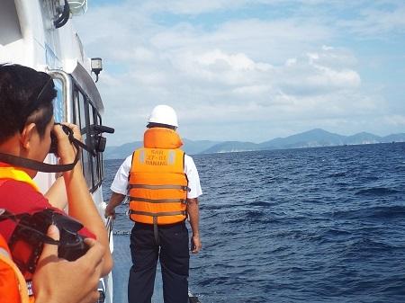 Lực lượng cứu nạn tăng cường quan sát trên biển để tìm kiếm thuyền viên mất tích.