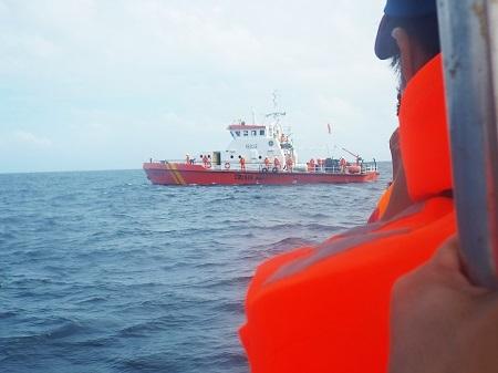Tàu SAR27-01 của Nhatrang MRCC đang nỗ lực tìm kiếm các thủy thủ mất tích.