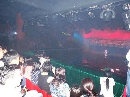Người dân địa phương và du khách xem múa rối nước tại Nhà hát múa rối nước Nha Trang, tối 12/11