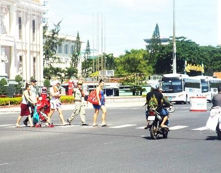 Lực lượng Đội Thanh niên xung kích Nha Trang hướng dẫn du khách qua đường