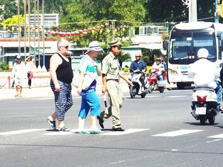 Du khách quốc tế hài lòng khi được dẫn dắt qua đường ở Nha Trang.