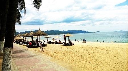 Thời điểm này đang là mùa cao điểm du khách Nga đến Nha Trang nghỉ dưỡng - Ảnh: Viết Hả