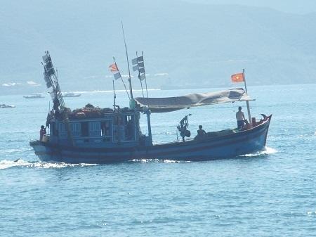 Tàu cá ngư dân Khánh Hòa vươn khơi sau bão số 4.
