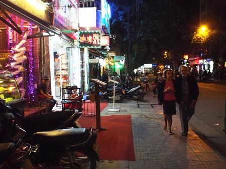 Du khách quốc tế thả bộ ở phố Tây Nha Trang đêm cuối năm 31/12/2014.