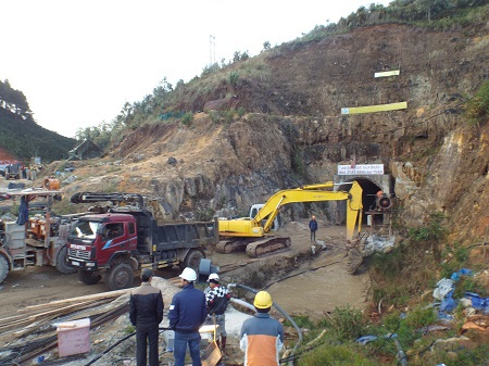 Dồn sức đào 2 ngách hầm hướng về phía 12 công nhân mắc kẹt