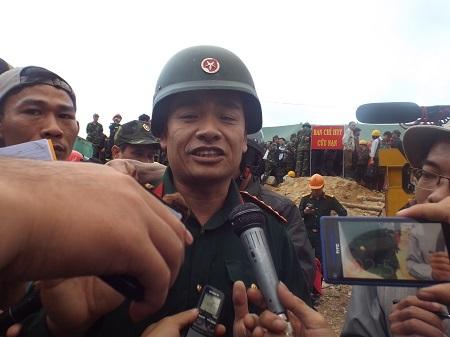 Đại tá Nguyễn Hữu Hùng phấn khởi sau khi giải cứu thành công 12 công nhân - Ảnh: Viết Hảo