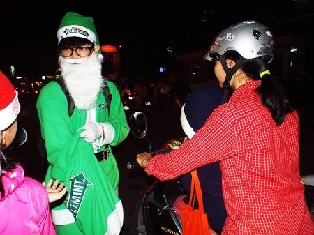 Ông già Noel xuống phố phát quà cho các em nhỏ đêm Noel (24/12) tại Nha Trang.