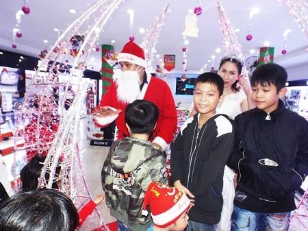 Một điểm tổ chức vui chơi Noel trên đường Lê Thánh Tôn, Nha Trang lúc 19h ngày 24/12.