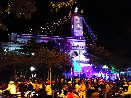 Nhà thờ Đá Nha Trang - nhà thờ lớn nhất tại Nha Trang rực rỡ đêm Noel - Ảnh: Viết Hảo