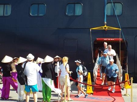 Du khách háo hức thăm thành phố biển Nha Trang xinh đẹp.