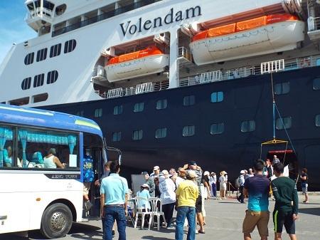 Du khách sau khi xuống tàu đã lên xe về thăm thành phố biển Nha Trang.