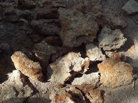 Sắt gỉ được phát hiện dưới hố đất có hài cốt.