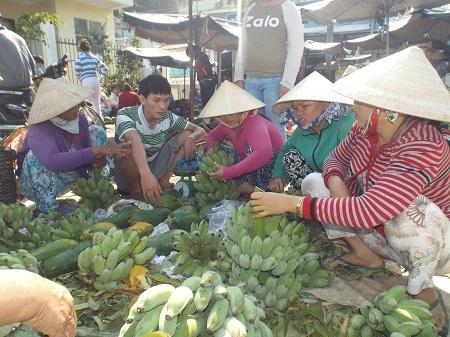 Người dân trên đảo mua chuối Tết.