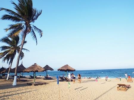 Ngày 16/2 (nhằm ngày 28 tháng Chạp), thành phố biển Nha Trang nắng ấm áp.