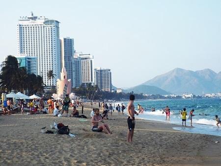 Điều kiện thời tiết không thể tuyệt vời hơn, hàng ngàn du khách đã đổ xuống tắm biển.