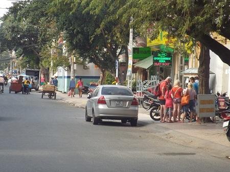Du khách mua đồ vặt ở trên đường Nguyễn Thiện Thuật, Nha Trang, chiều 30 Tết.