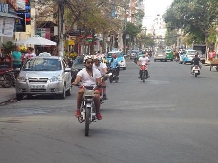 Dạo phố bằng xe máy.