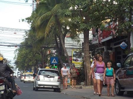 Nhịp sống ở phố Tây Nha Trang chậm rãi so với không khí hối hả chạy Tết của người dân địa phương.