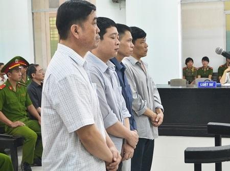 3 bị cáo Quang, Hùng và Giáp (phía trong) kháng cáo và được giảm mỗi bị cáo 2 năm tù