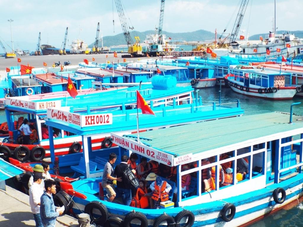 Tour tham quan các đảo trên Vịnh Nha Trang thường đông khách vào các dịp lễ lớn - Ảnh: Viết Hảo