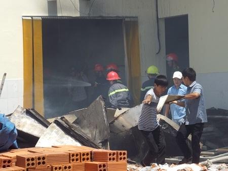 Nhiềuthiết bị máy móc, diện tích nhà xưởng bị thiêu rụi sau vụ cháy.