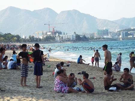 Dù không phải ngày lễ nhưng các bãi biển nơi đây đều kín người