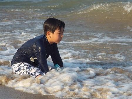 Trẻ em, người già lội nước