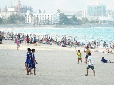 Các bãi biển ở Nha Trang đông nghịt người do người dân đổ xô tắm để giải nhiệt.