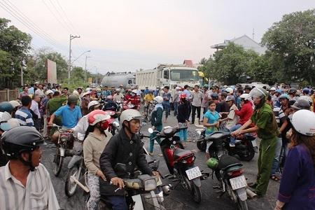 Giao thông QL1A ách tắc hơn 2 giờ vì người dân tụ tập đông.