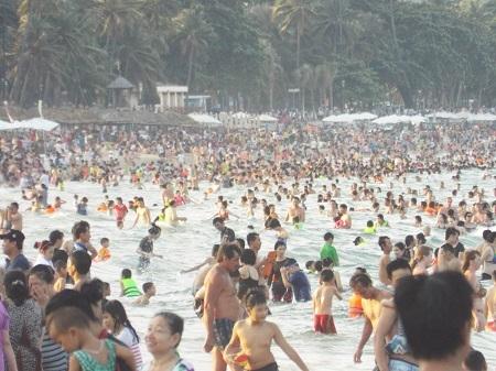 Bãi biển Nha Trang kín như nêm chiều 1/5.