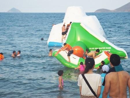 Tham gia các trò chơi trên biển.