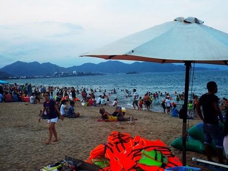 Bãi biển Nha Trang vẫn thường đông khách vào các dịp lễ.
