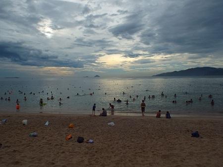 Từ mờ sáng, người dân đã đổ xô tắm biển.
