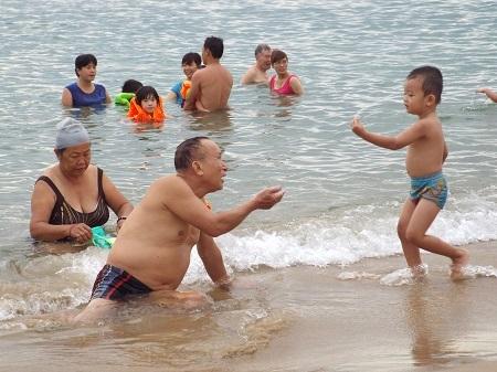 Bãi biển Nha Trang lúc 6h ngày mùng 5/5 âm lịch đông nghịt người.