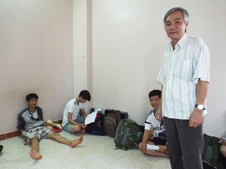 Ông Di và những thí sinh trong căn nhà của mình