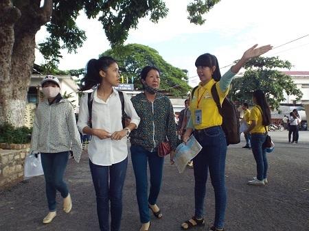 Nhiều thí sinh đến sớm làm thủ tục dự thi THPT quốc gia tại Cụm thi Khánh Hòa.