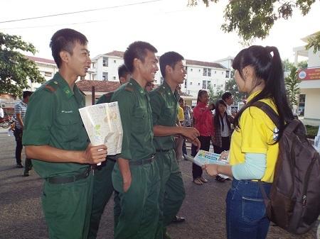 Nhiều thí sinh là bộ đội đi thi THPT quốc gia.
