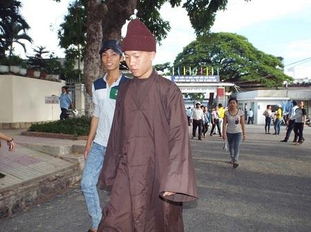 Một sư thầy đi thi tốt nghiệp THPT quốc gia tại trường ĐH Nha Trang.