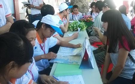 Tình nguyện viên tại Khánh Hòa tư vấn cho thí sinh dự thi THPT quốc gia năm 2015, sáng 27/6.