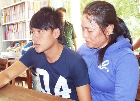 Người thân ngư dân bị nạn bật khóc khi con em mình trở về an toàn.