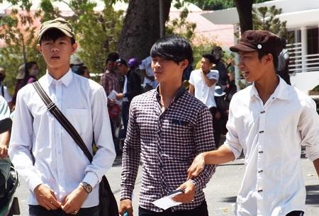 Thí sinh dự thi THPT quốc gia tại TP Nha Trang ra về sau môn thi Toán, trưa 1/7. (Ảnh: Viết Hảo)