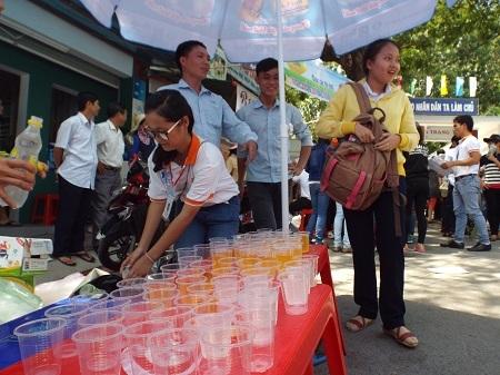 2.500 ly nước khoáng chanh miễn phí phục vụ sĩ tử trưa 1/7 tại điểm thi ĐH Nha Trang