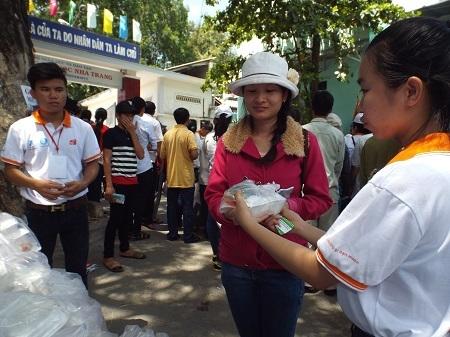 Hàng ngàn suất cơm miễn phí phục vụ thí sinh dự thi THPT quốc gia tại TP Nha Trang. (Ảnh: Viết Hảo)