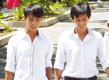 Thí sinh dự thi THPT quốc gia tại TP Nha Trang ra về sau môn thi Ngữ văn, trưa 2/7 (Ảnh: Viết Hảo)